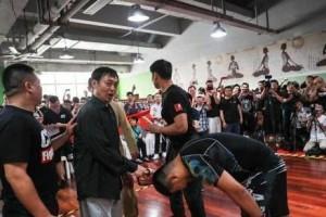 马保国竞赛完毕后和200斤的学徒打了一场他打不过我