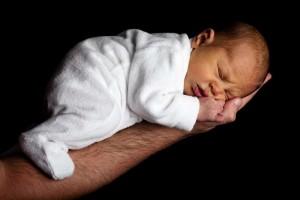 新生儿老是哼哼的使劲的原因都有哪些呢新生儿睡觉的姿势是什么呢